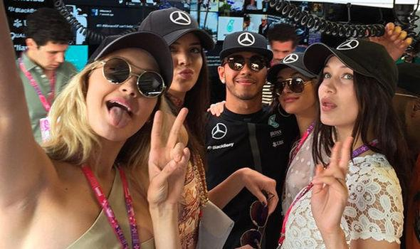 Lewis Hamilton z modelkami