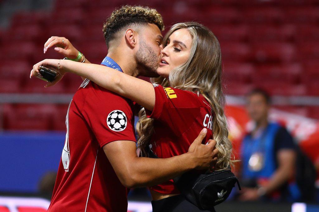 Piłkarz Liverpoolu całuje swoją partnerkę